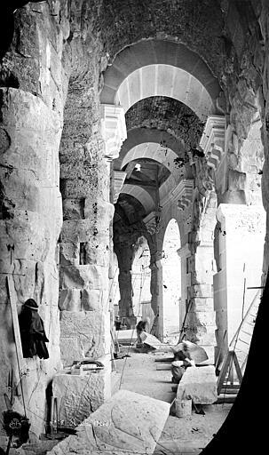 Amphithéâtre ou arènes Vue intérieure d'une galerie du rez-de-chaussée, Mieusement, Médéric (photographe),
