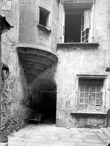 Hôtel de la Faye des Forges ou maison des Lions Cour intérieure : Partie inférieure de la tourelle en encorbellement, Jarron (photographe),