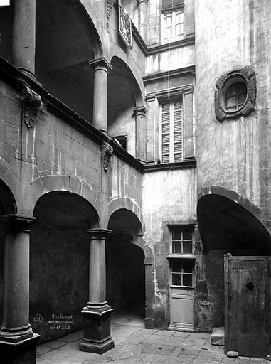 Hôtel de Fontenilhes ou maison des Sires de Beaujeu Cour intérieure : Galeries superposées, Durand, Eugène (photographe),