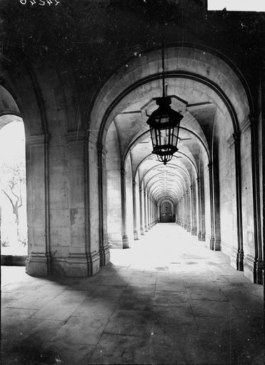 Abbaye aux Hommes (ancienne) Cloître, galerie, Service photographique,