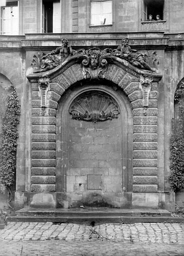 Hôtel des Douanes Fontaine dans la cour : Vue d'ensemble, Panajou (photographe),