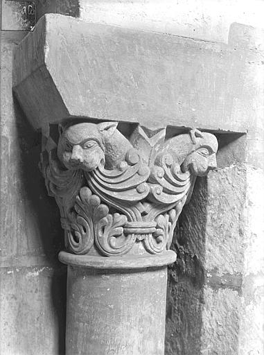 Eglise Saint-Jean de Montierneuf Chapiteau : Feuillages et têtes d'animaux, Gossin (photographe),