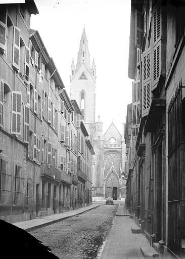 Eglise Saint-Jean de Malte Clocher et portail en arrière-plan d'une rue, Enlart, Camille (historien),