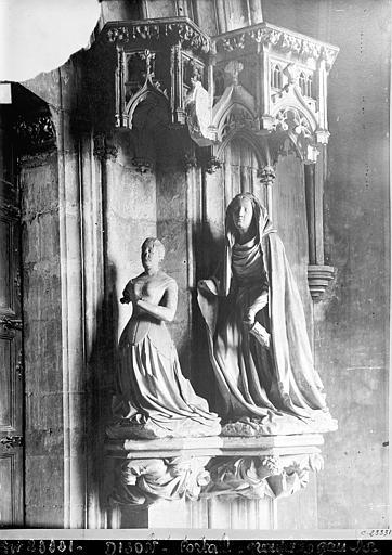 Chartreuse de Champmol (ancienne) Portail de l'ancienne église. Statue du piédroit droit : Marguerite de Flandres à genoux présentée par sainte Catherine, Durand, Jean-Eugène (photographe),