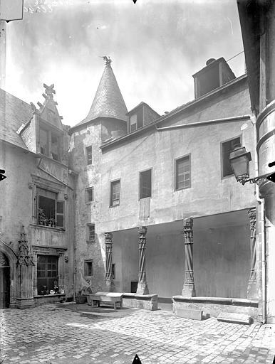 Hôtel Fumey ; Prévôté (ancienne) ; Maison dite des Frères Cour intérieure : Façade avec galerie au rez-de-chaussée, Gossin (photographe),