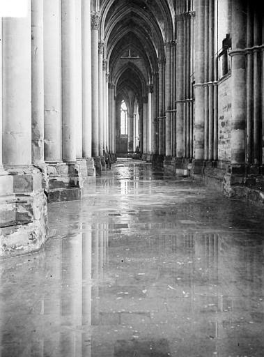 Cathédrale Notre-Dame Vue intérieure du bas-côté sud, inondé par les pluies après les bombardements de juillet 1916, Sainsaulieu, Max (photographe),