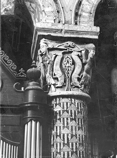 Eglise Sainte-Radegonde Chapiteau du choeur : Personnages et animaux, Gossin (photographe),