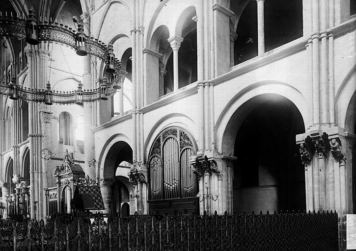 Basilique Saint-Remi Nef vue de l'entrée: travées, Enlart, Camille (historien),