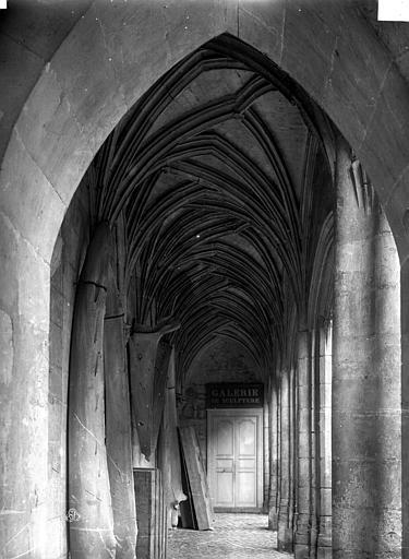 Logis Barrault Cour intérieure : Vue intérieure de la galerie, Carlier (photographe),