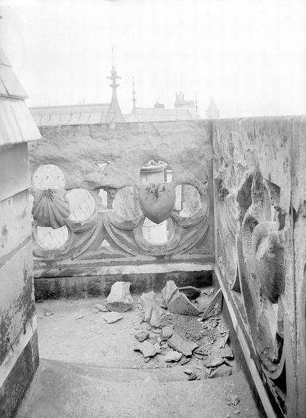 Hôtel de Jacques-Coeur Balustrade de galerie décorée de coquilles et de coeurs, Durand, Eugène (photographe),