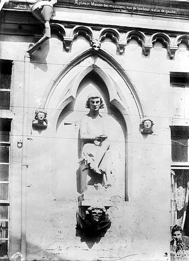 Maison dite des Ménétriers ou des Musiciens Façade : Statue de gauche, Mieusement, Médéric (photographe),