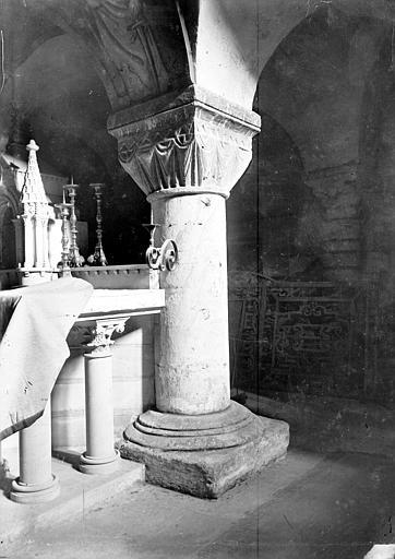 Cathédrale Notre-Dame Intérieur, partie d'un autel, pilier à chapiteau : décor stylisé à effet de rideau tendu, Mieusement, Médéric (photographe),