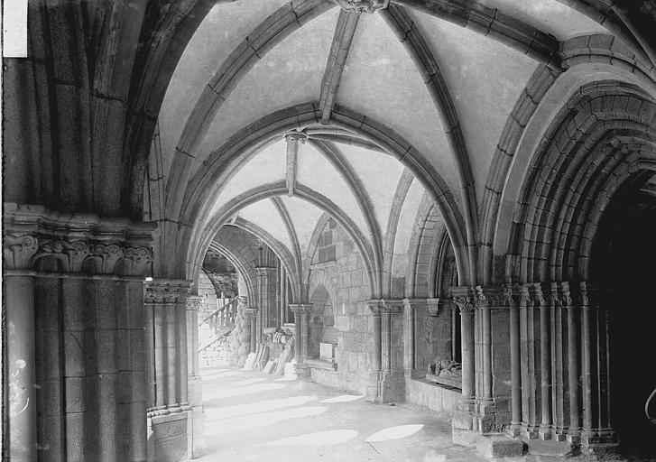 Cathédrale Saint-Martin, actuellement Notre-Dame Cloître : Vue intérieure d'une galerie, Enlart, Camille (historien),