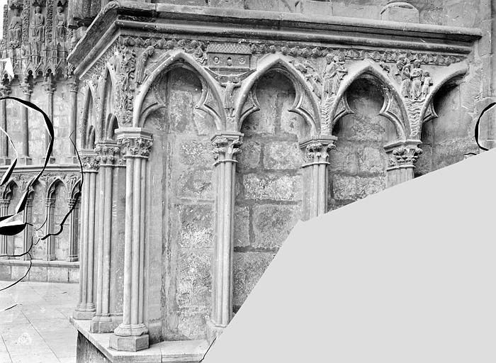 Cathédrale Saint-Etienne Portail central de la façade ouest : soubassement de l'ébrasement gauche, Mieusement, Médéric (photographe),