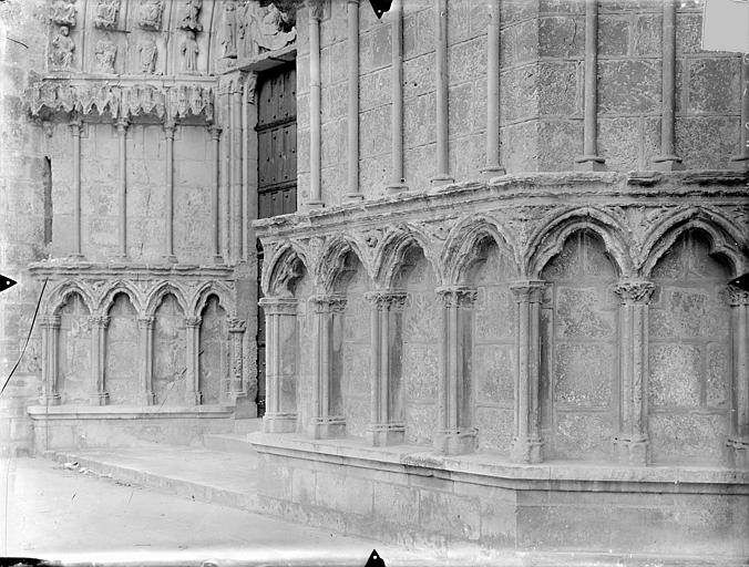 Cathédrale Saint-Pierre Portail nord et portail central de la façade ouest : arcatures du soubassement, Gossin (photographe),