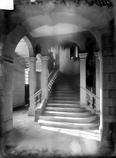Hôpital général (ancien) ; Collège des Jésuites (ancien) ; Hospice général Museux Vue intérieure : Escalier au-niveau du rez-de-chaussée, Sainsaulieu, Max (photographe),