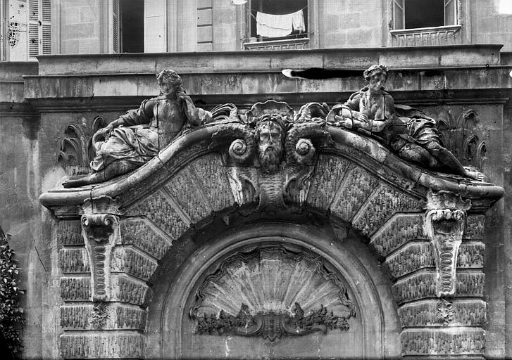 Hôtel des Douanes Fontaine dans la cour : Fronton, Panajou (photographe),