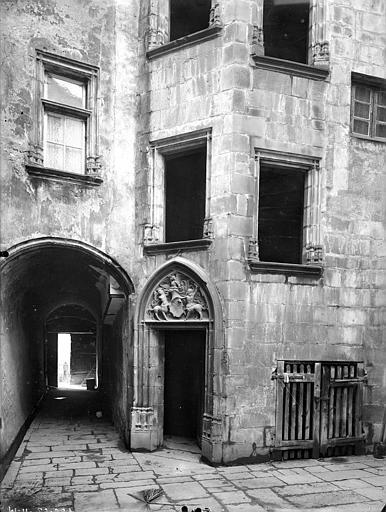 Hôtel d'Albiat ou Maison des Centaures Cour intérieure : Porche et tourelle d'escalier (partie inférieure), Jarron (photographe),