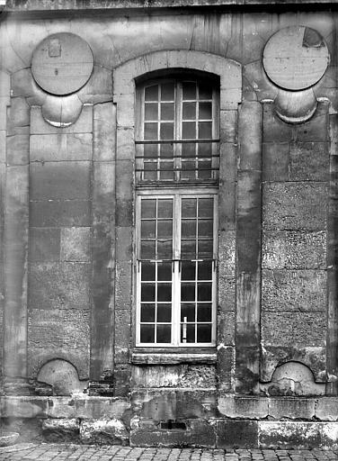 Domaine national, château Bâtiment Louis XIII dans la cour des Princes : Fenêtre du rez-de-chaussée, Durand, Jean-Eugène (photographe),