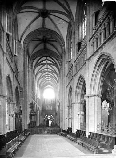 Cathédrale Saint-Corentin Vue intérieure de la nef, vers l'entrée, Mieusement, Médéric (photographe),