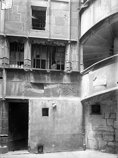 Hôtel Mallet de Vendègre ou Maison du Bailli Cour intérieure : Façade, au niveau du rez-de-chaussée, Jarron (photographe),