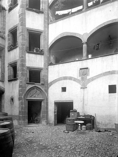 Hôtel Gaschier Cour intérieure : Tourelle d'escalier et galeries, Jarron (photographe),