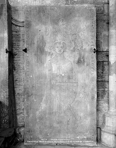 Cathédrale Saint-Bénigne Dalle funéraire du Chevalier de Druyes d'Eguilly mort en 1343, Neurdein (frères) ; Neurdein, Louis ; Neurdein, Louis (photographe),