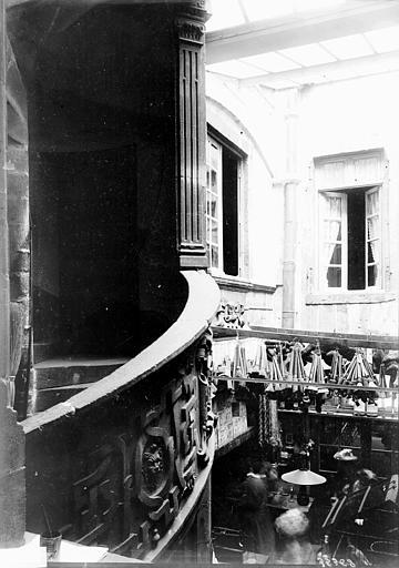 Maisons Escalier sculpté, Enlart, Camille (historien),