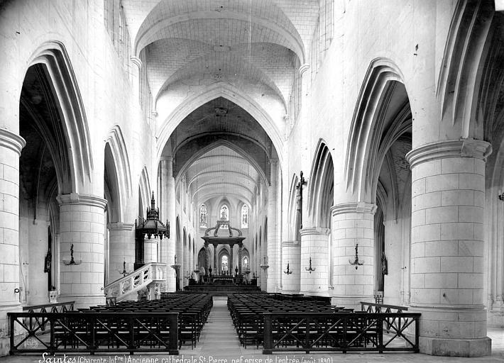 Eglise Saint-Pierre (ancienne cathédrale) et son cloître Vue intérieure de la nef, vers le choeur, Mieusement, Médéric (photographe),