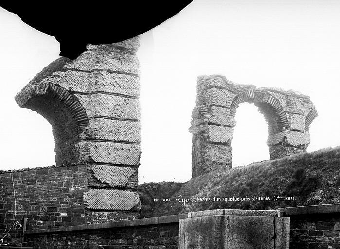 Aqueduc romain du Gier dit aussi du Mont-Pilat Restes d'arches près de Saint-Irénée, Mieusement, Médéric (photographe),