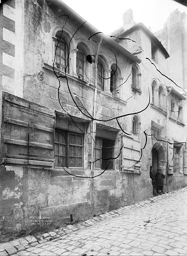 Hôtel de la Bidolière (ancien) ; Maison romane Façade sur rue, en perspective, Durand, Jean-Eugène (photographe),