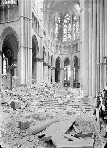 Cathédrale Notre-Dame Vue intérieure du choeur et de la croisée du transept, Sainsaulieu, Max (photographe),