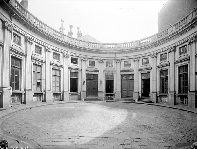 Hôtel de Chazerat Cour circulaire, Lefèvre-Couton (photographe),