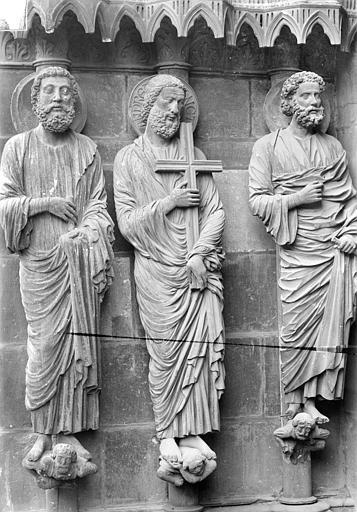Cathédrale Notre-Dame Portail gauche de la façade nord (portail du Jugement). Ebrasement gauche : Statues de saint Barthélémy, saint André et saint Pierre, Sainsaulieu, Max (photographe),