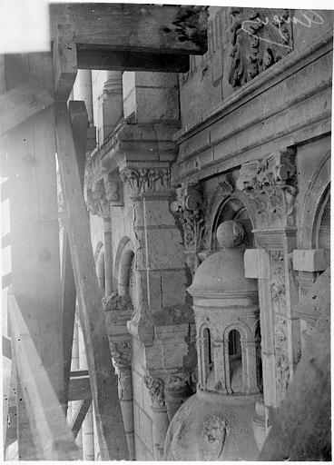 Cathédrale Saint-Maurice Façade ouest, statues de la partie supérieure représentant saint Maurice et ses compagnons en costume militaire du 16e siècle : Dais de la 1e statue, Vorin,