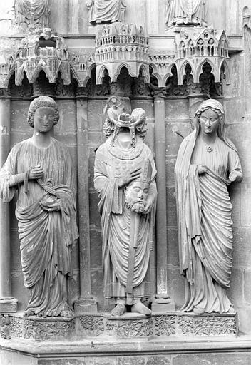 Cathédrale Notre-Dame Portail central de la façade nord (portail de saint Calixte). Ebrasement gauche : Statues d'un ange, de saint Nicaise et de sainte Eutropie, Sainsaulieu, Max (photographe),