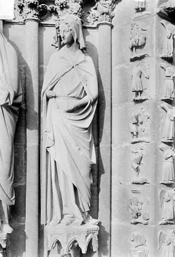 Cathédrale Notre-Dame Portail central de la façade ouest. Ebrasement gauche : Statue de sainte Anne, Sainsaulieu, Max (photographe),