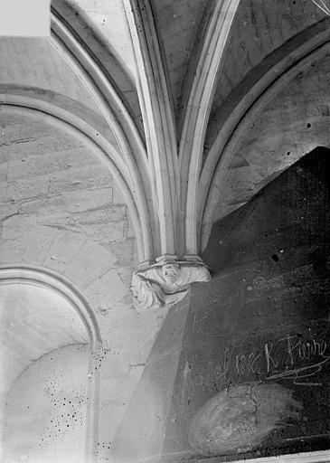 Château Donjon : Départ de voûtes, Vorin,