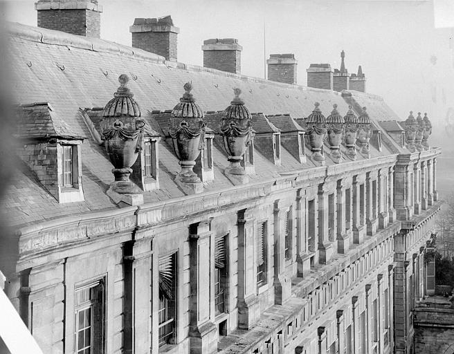 Château de Vincennes Bâtiment Louis XIV : étage supérieur et toit avec les vases, Durand, Jean-Eugène (photographe),