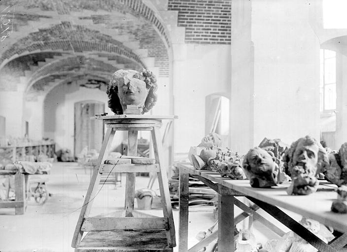Cathédrale Dépôt lapidaire, Sainsaulieu, Max (photographe),