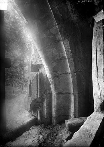 Abbaye Saint-Bénigne (ancienne) ; Musée archéologique Dortoir des moines bénédictins : détail d'une ancienne baie, Heuzé, Henri (photographe),