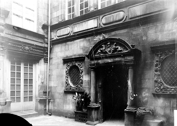 Maisons Porte, Enlart, Camille (historien),