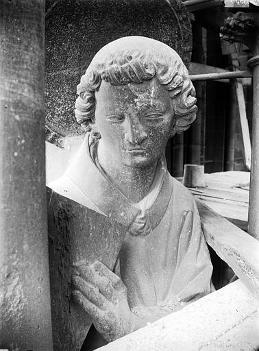 Cathédrale Notre-Dame Contrefort de la tour sud, buste de statue, saint Etienne, Lajoie, Abel,