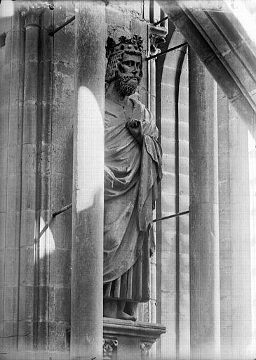 Cathédrale Notre-Dame Premier roi à la base de tour sud-ouest, dit Clovis, Lajoie, Abel,