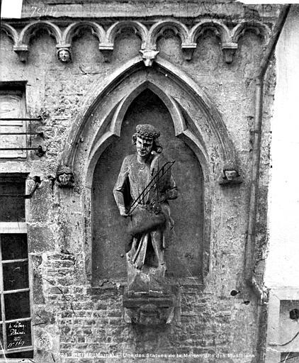 Maison dite des Ménétriers ou des Musiciens Statue du violoniste, Le Secq, Henri (photographe),