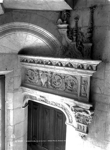 Hôtel Pincé Escalier : Linteau de porte sculpté, Berthault (photographe),