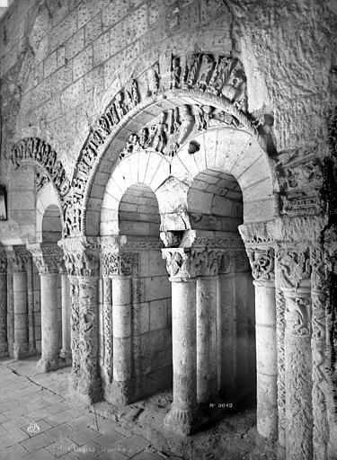 Abbaye Saint-Aubin (ancienne) Cloître : Arcatures à l'intérieur de la galerie, Mieusement, Médéric (photographe),