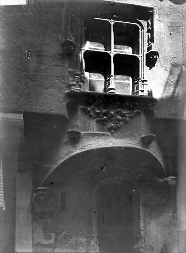 Maison Porte et fenêtre, Enlart, Camille (historien),