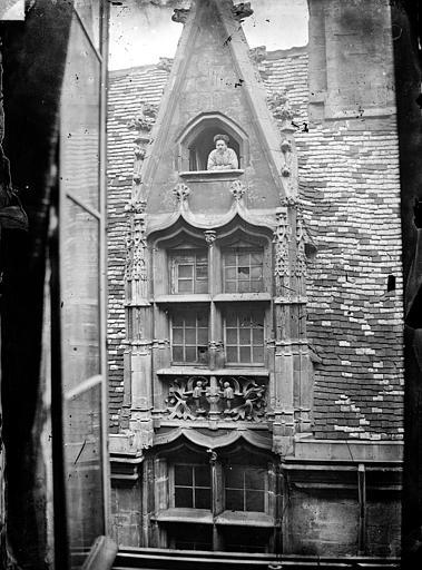 Hôtel Chambellan (ancien) ou Hôtel des ambassadeurs d'Angleterre Cour intérieure : Fenêtre lucarne, Delaunay (photographe),