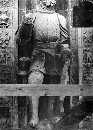 Cathédrale Saint-Maurice Façade ouest, statues de la partie supérieure représentant saint Maurice et ses compagnons en costume militaire du 16e siècle : 7e statue, Vorin,